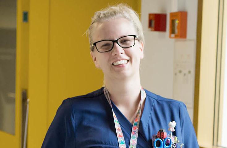 Vaalea hymyilevä hoitaja Päijät-Hämeen keskussairaalassa