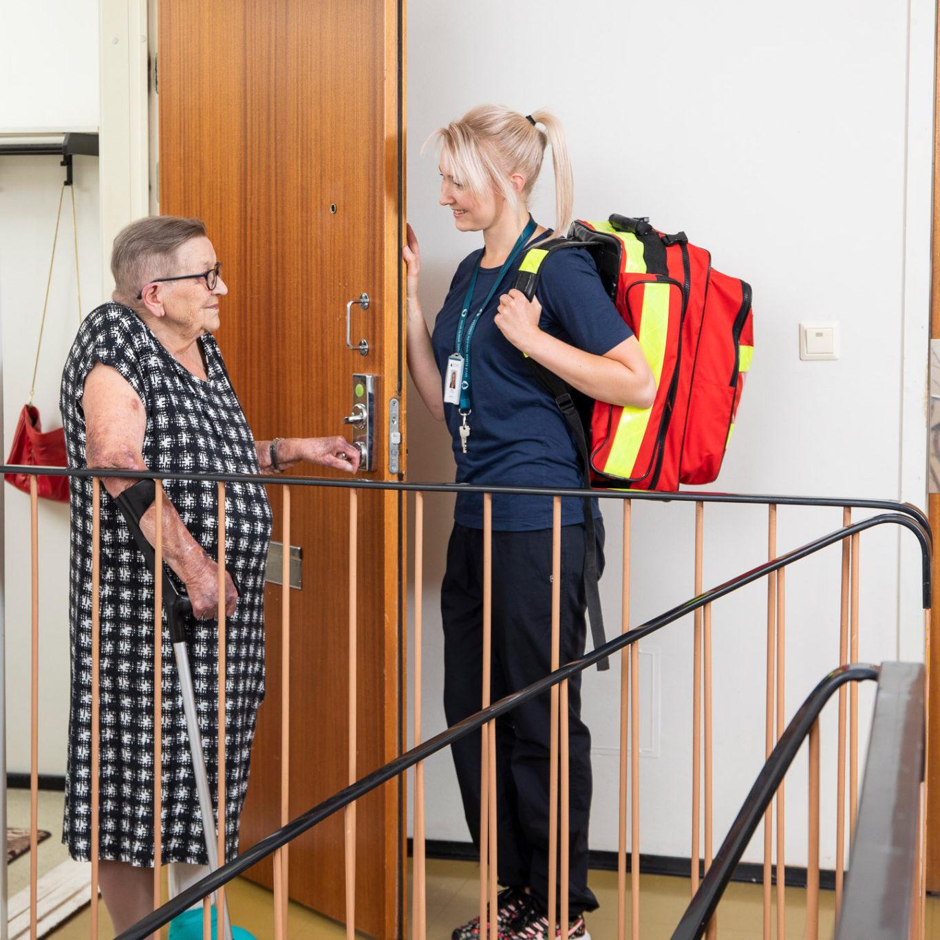 Kotipalvelun työntekijä vierailee iäkkään asiakkaan luona.