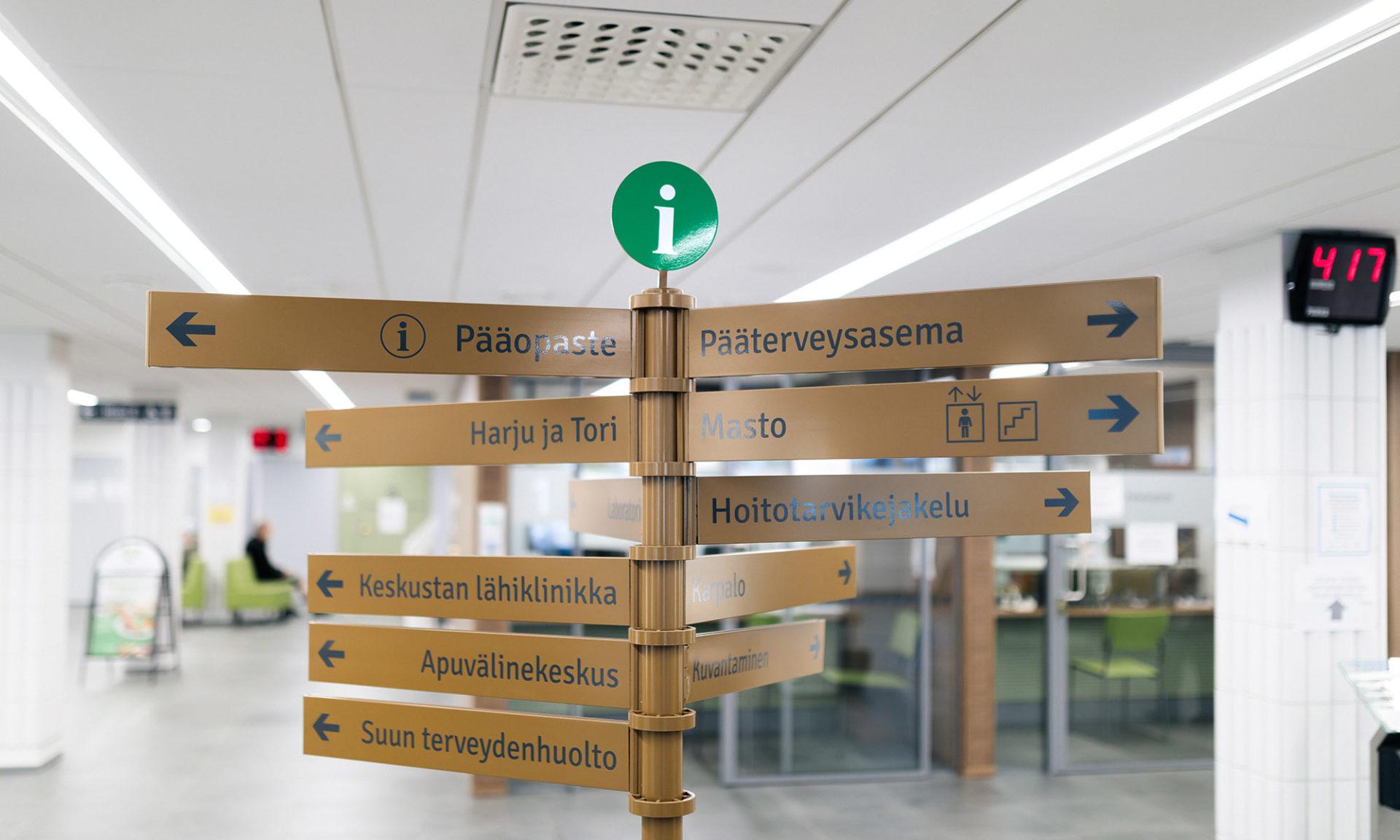 Infokyltti Lapin keskussairaalan aulassa.