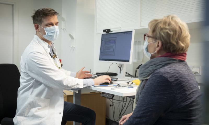 Lääkäri keskustelee potilaan kanssa.