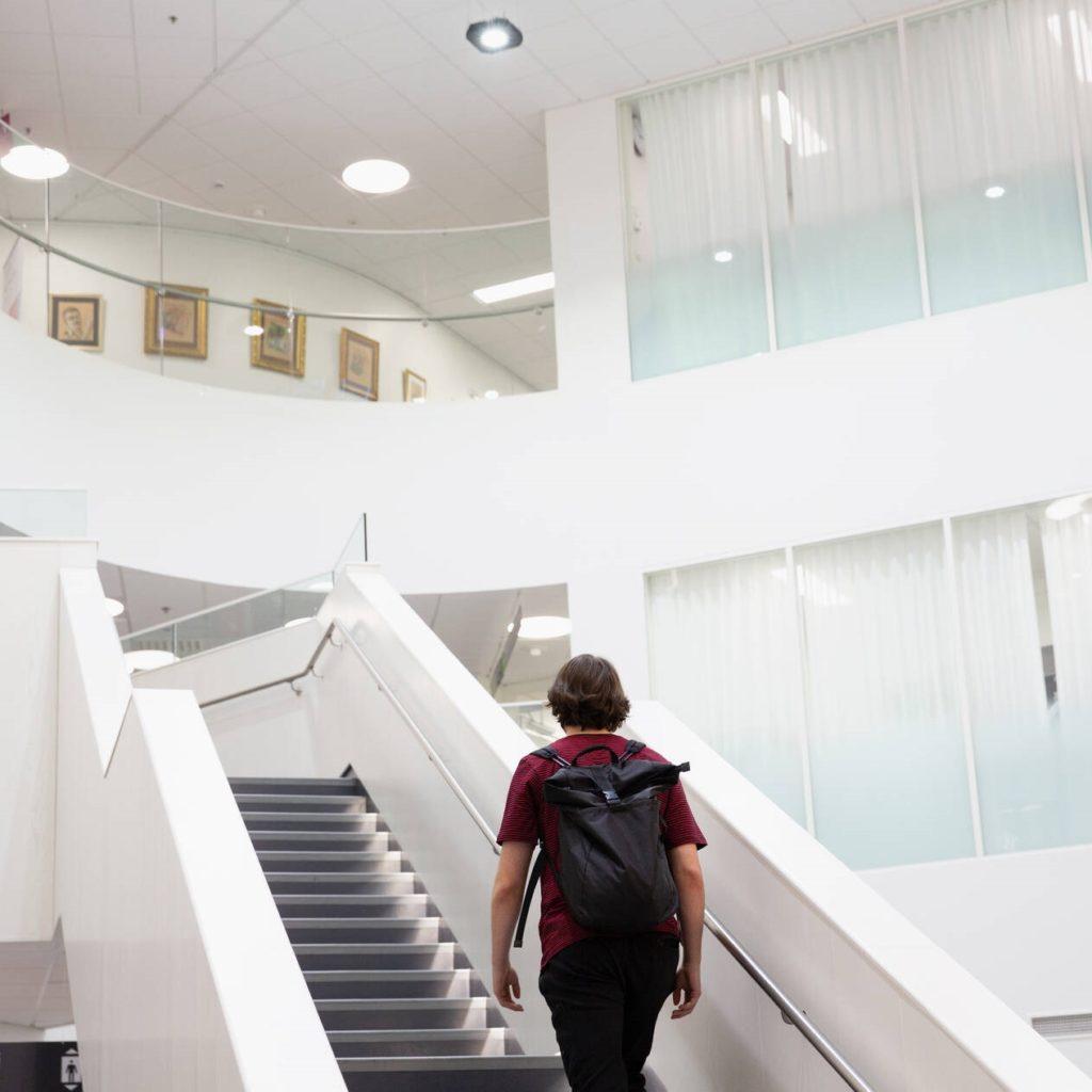 Mies kävelee portaita.