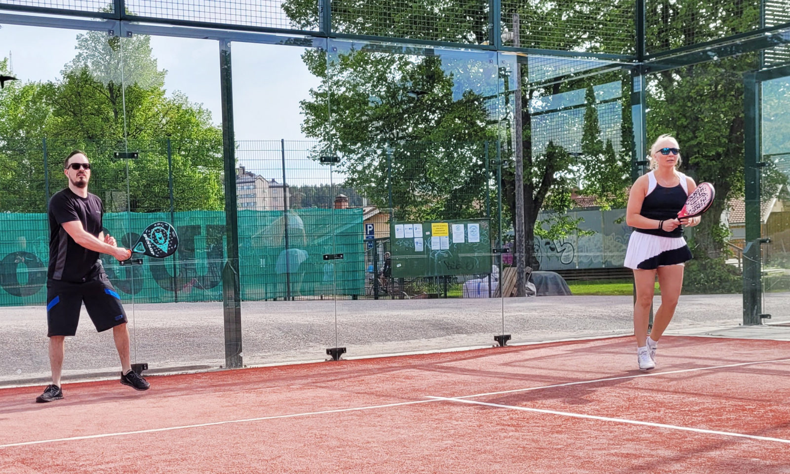 Digitiimin henkilöstö virkistäytyy pelaamalla tennistä